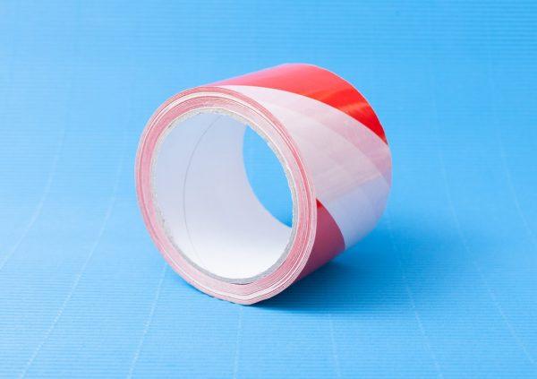 Taśma ostrzegawcza PVC biało-czerwona z klejem Hot-Melt